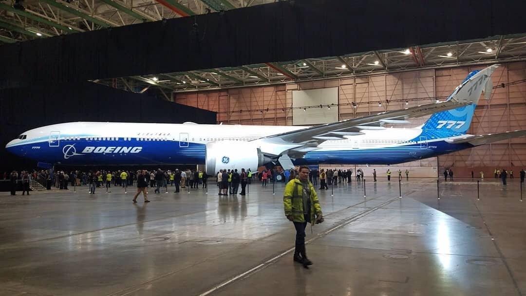Сотрудники Boeing сделали фото первого летного экземпляра Boeing 777–9