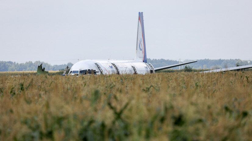 Авиалайнер сел на кукурузное поле под Москвой после попадания птиц в двигатели