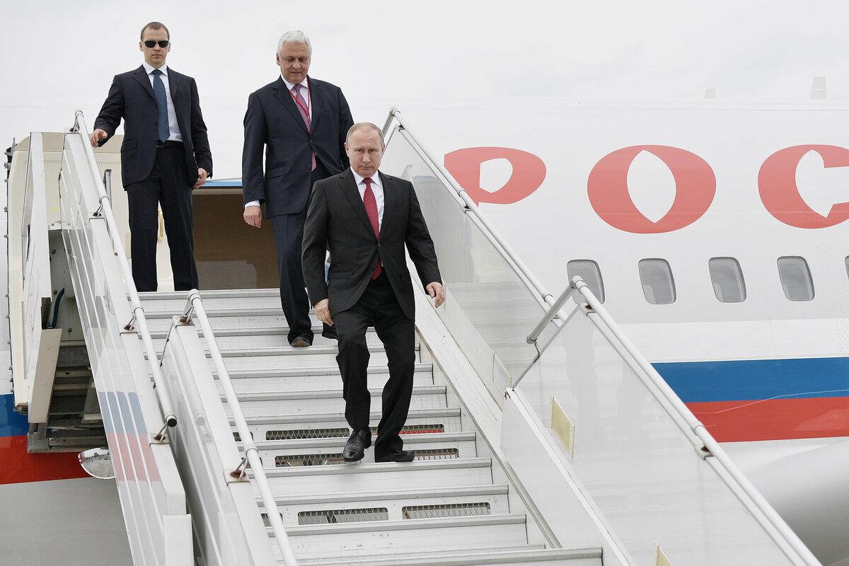 Владимир Путин на трапе президентского самолета