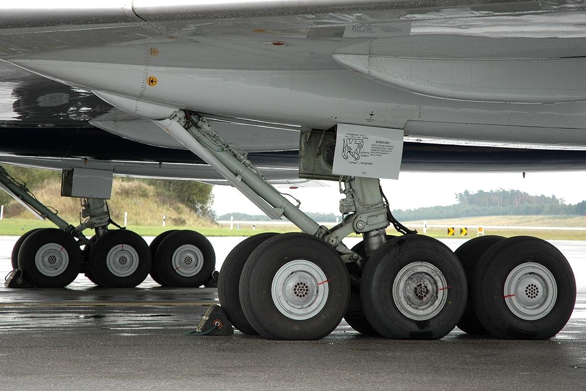 Почему в шасси самолета закачивают азот?