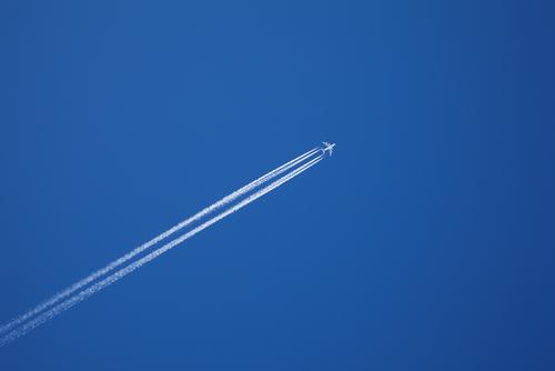 Почему самолеты оставляют в небе следы?