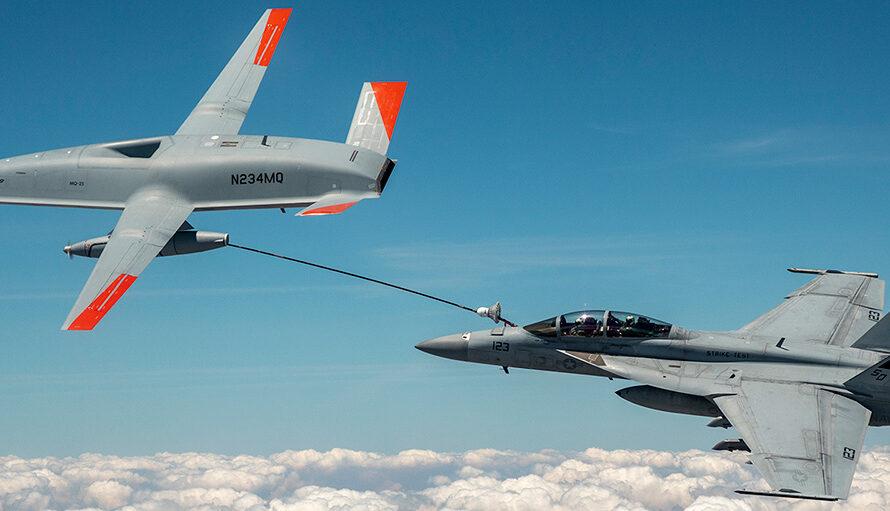 Американский беспилотник впервые заправил истребитель топливом в полете