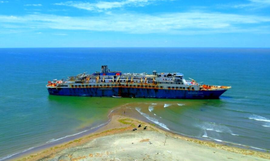 Бывший лайнер «Азербайджан» на отмели в Мексике