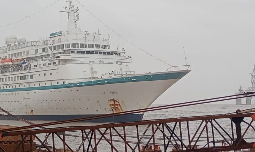 Круизный лайнер Albatros выбрасывается на берег в Аланге: видео