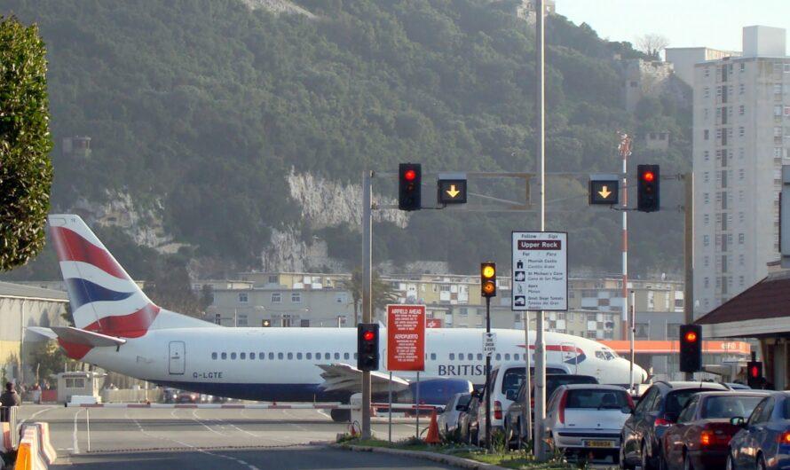 В Гибралтаре перекрывают улицу перед посадкой самолета: видео