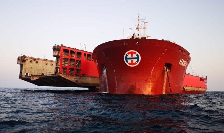 Норвежское судно-лифт выполнило перевозку плавучего дока нестандартным способом