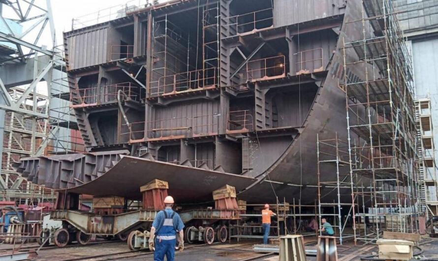 Большой десантный корабль проекта «Кайман» готовят к сборке на стапеле