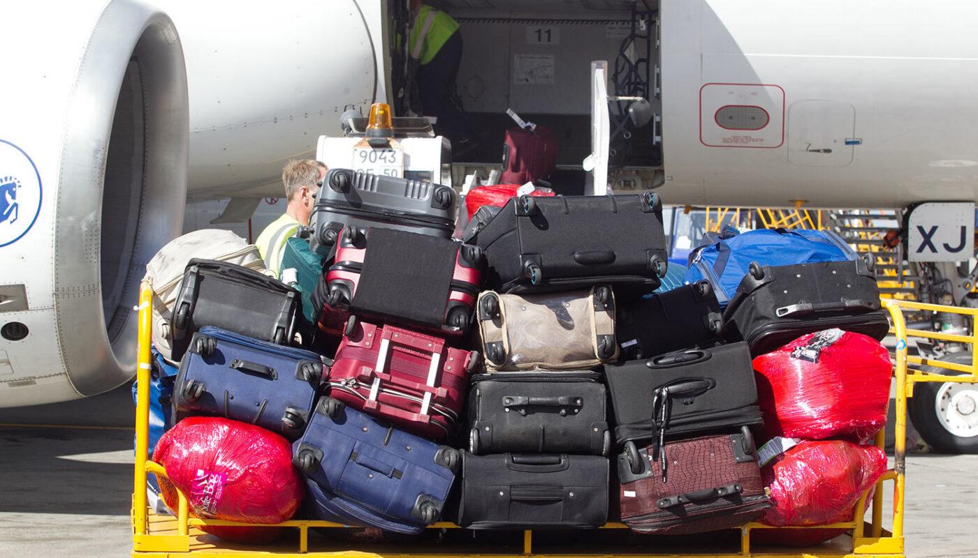 загрузка багажа в самолет